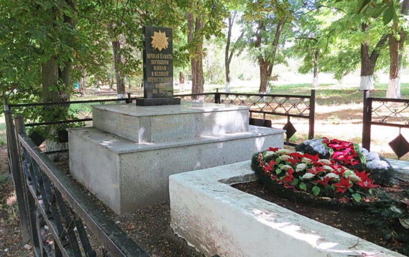 ст-ца. Хомутовская Кагальницкого р-на. Памятник, установленный на братской могиле, в которой похоронено 19 советских воинов.