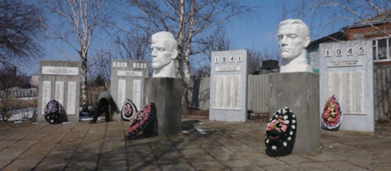 ст-ца. Тенгинская Усть-Лабинского р-на. Памятник землякам, погибшим в годы войны по улице Мира 41а.