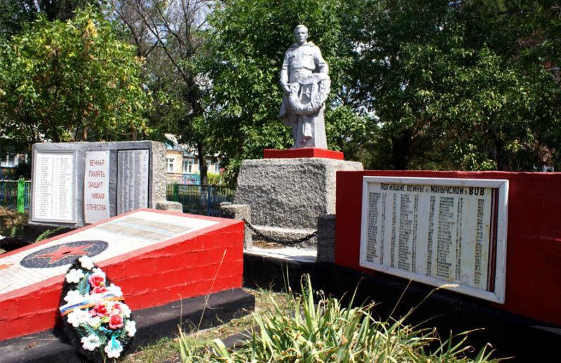 ст-ца. Манычская Багаевского р-на. Памятник, установленный на братской могиле воинов, погибших за освобождение хутора в январе-феврале 1943 года. Здесь же находятся стелы с именами погибших земляков.