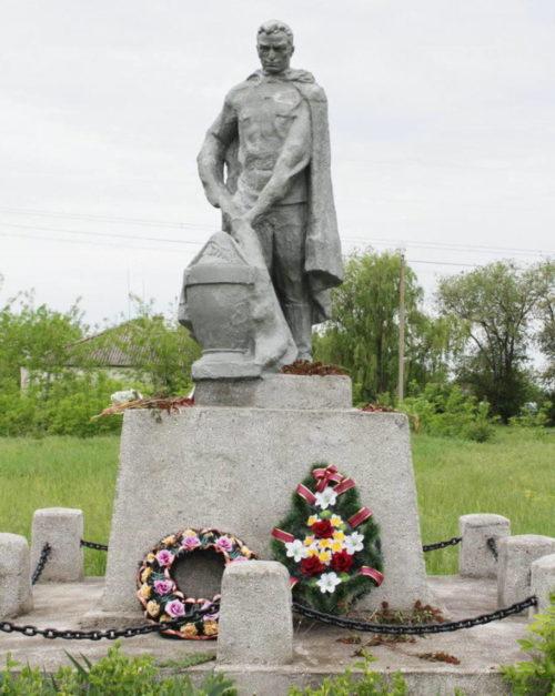 ст-ца. Манычская Багаевского р-на. Памятник, установленный на братской могиле, в которой похоронено 184 советских воина, в т.ч. 166 неизвестных.