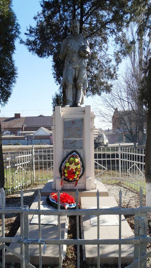 г. Усть-Лабинск. Памятник по улице Вокзальной, установленный на братской могиле советских воинов, погибших в боях с фашистскими захватчиками.