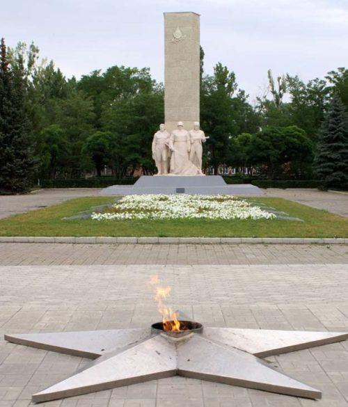 Памятник и вечный огонь на мемориале.