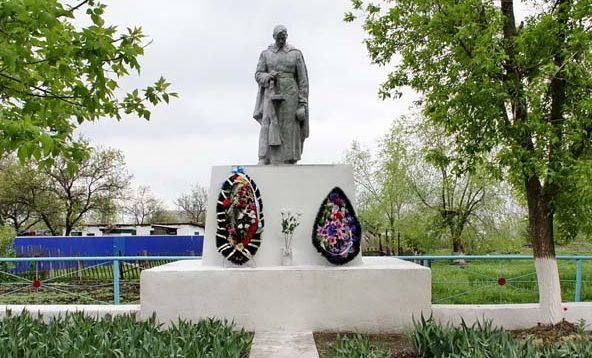 п. Первомайский Багаевского р-на. Памятник по Парковом переулку 2, установленный на братской могиле, в которой похоронено 460 советских воинов, павших в боях за хутор Самодуровка.