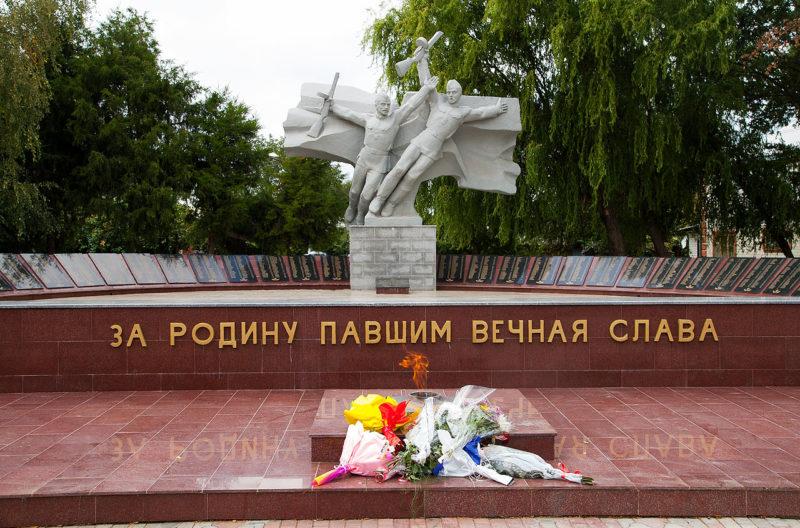 . Усть-Лабинск. Мемориал землякам, погибшим в годы Гражданской и Великой Отечественной войн был установлен в 1968 году и реконструирован в 1985 году.