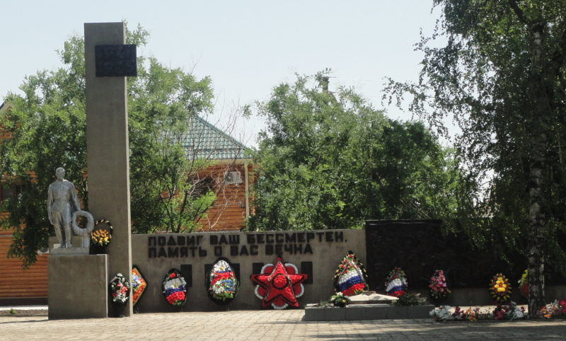 п. Советский Тимашевского р-на. Памятник в Центральном парке, установленный на братской могиле, в которой похоронено 15 советских воинов.