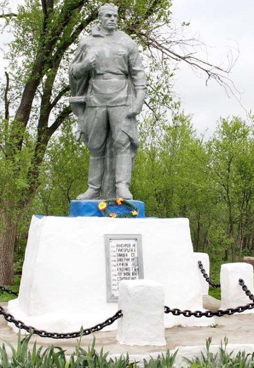 х. Пустошин Багаевского р-на. Памятник, установленный на братской могиле, в которой похоронено 40 советских воинов, погибших в январе-феврале 1943 года в боях за хутор.