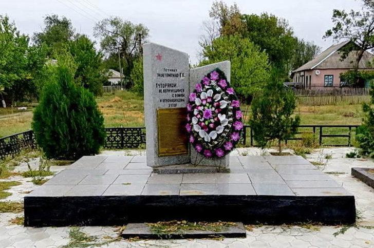 х. Тузлуков Багаевского р-на. Памятник, установленный на братской могиле, в которой похоронено 25 воинов, погибших в годы войны.