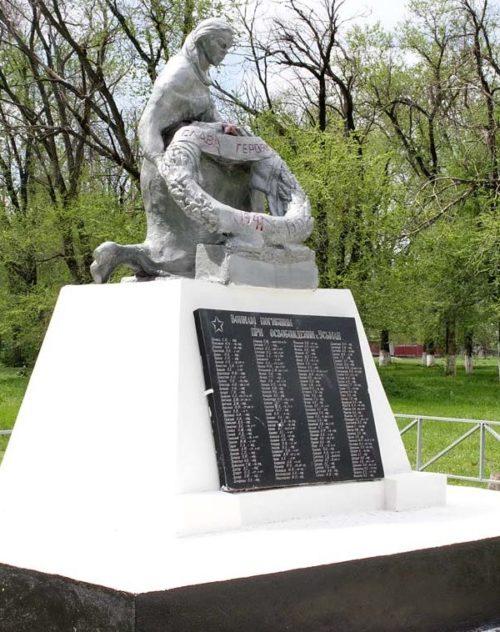 х. Усьман Багаевского р-на. Памятник, установленный на братской могиле, в которой похоронено 1 787 советских воинов, в т.ч. 1 578 неизвестных, погибших в боях за хутор 1942-1943 годах.