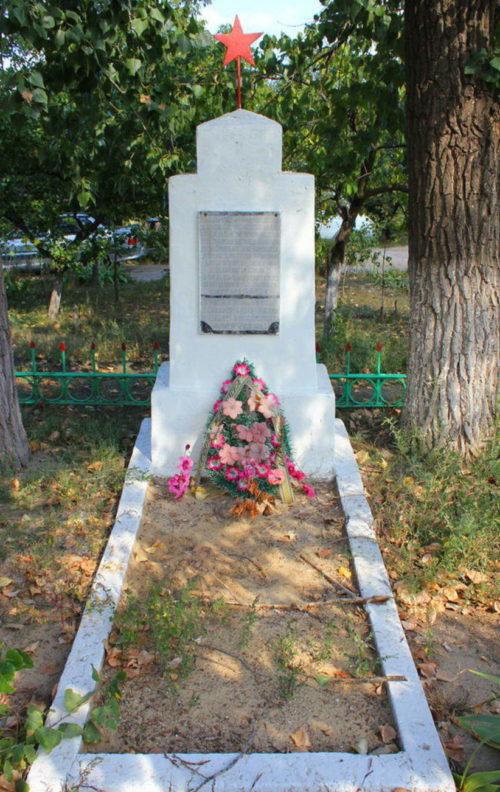 г. Каменск-Шахтинский. Памятник, установленный на братской могиле, в которой похоронено 60 советских воинов.