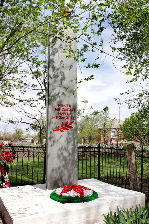 х. Федулов Багаевского р-на. Памятник, установленный на братской могиле, в которой похоронено 13 воинов, погибших за хутор в 1942-1943 годах.