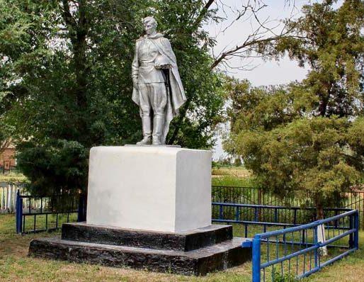 х. Адьянов Дубовского р-на. Памятник, установленный на братской могиле советских воинов, погибших при освобождении хутора в январе 1943 года.