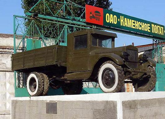 г. Каменск-Шахтинский. Автомобиль ЗИС-5 установленный в 1980 году в память о военных шоферах.