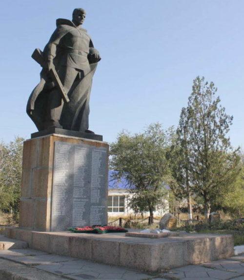х. Богданов Каменского р-на. Памятник, установленный на братской могиле, в которой похоронено 34 советских воина.