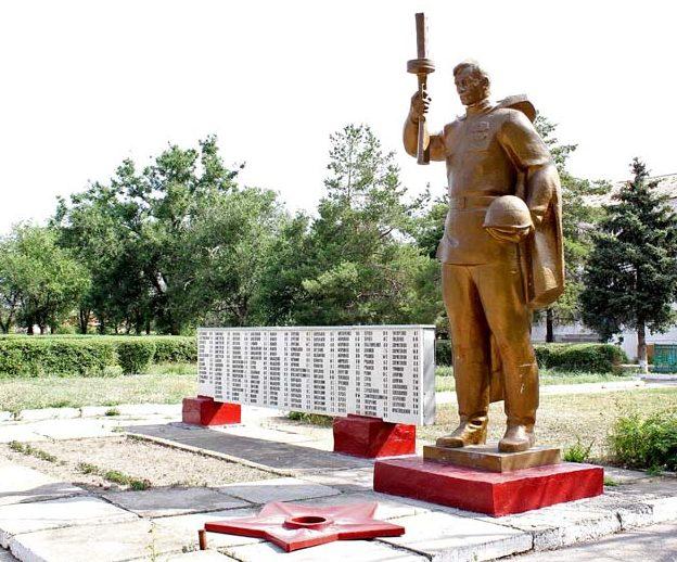 х. Веселый Дубовского р-на. Мемориал павшим воинам и землякам.