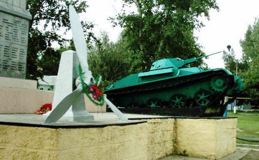 п. Глубокий Каменского р-на. Памятник-танк Т-60, установленный на братской могиле.