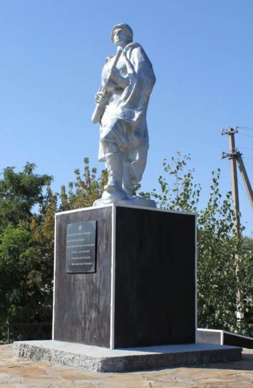 ст-ца. Калитвенская Каменского р-на. Памятник по улице Советской, установленный на братской могиле советских воинов.