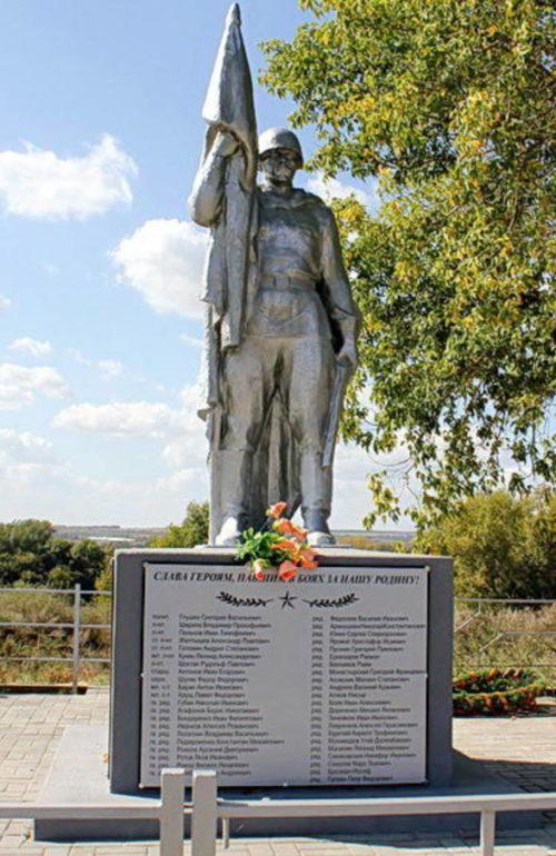 х. Красный Яр Каменского р-на. Памятник по улице Песчаной, установленный на братской могиле, в которой похоронено 217 советских воинов, павших в боях в январе-феврале 1943 года.