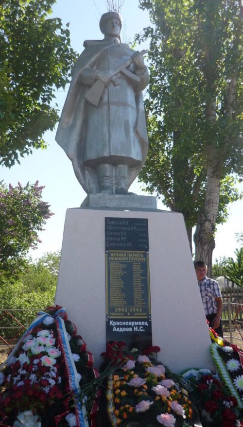ст-ца. Скородумовка Каменского р-на. Памятник, установленный на братской могиле, в которой захоронено 29 советских воинов.