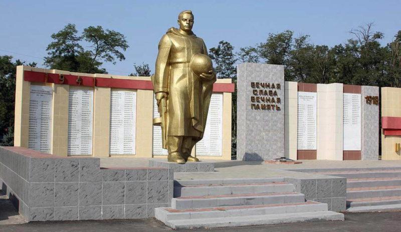 Памятник и стела с барельефами Героев Советского Союза.