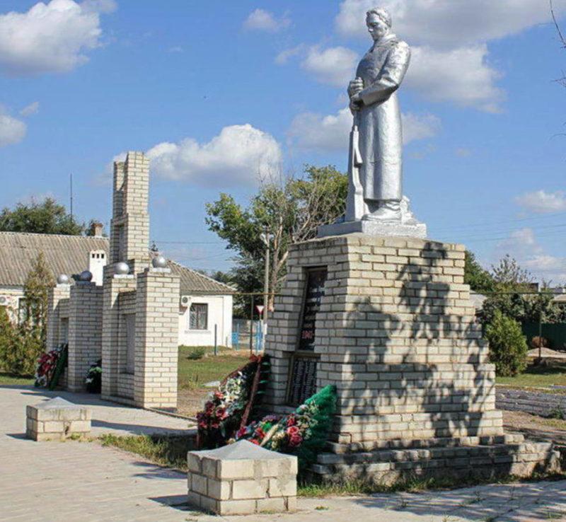 х. Старая Станица Каменского р-на. Мемориал по улице Ленина, установленный на братской могиле в которой похоронено 125 советских воинов, погибших в феврале 1943 года.
