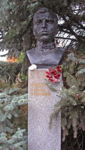 Бюст Героя Советского Союза В. Ф. Мируна.