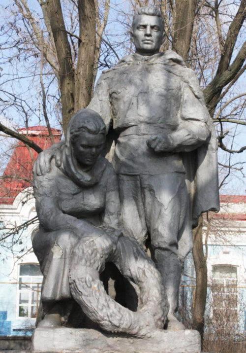 с. Дубовское. Памятник, установленный на братской могиле, в которой похоронено 9 советских воинов.