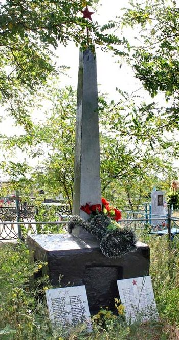 с. Дубовское. Обелиск, установленный на братской могиле, в которой похоронено 173 советских воина, в т.ч. 105 неизвестных, погибших в годы войны.