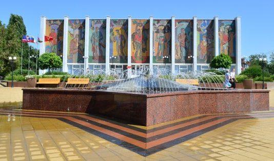 г. Тимашевск. Памятник-фонтан «Звезда» у здания музея семьи Степановых.