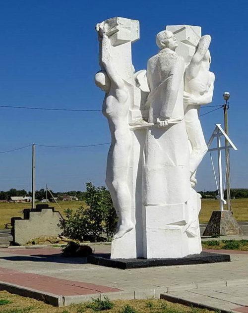 Скульптурная композиция узников.
