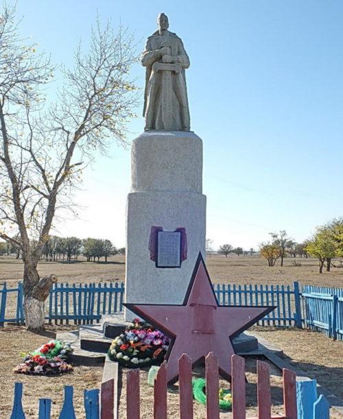 х. Крюков Дубовского р-на. Памятник, установленный на братской могиле, в которой захоронено 8 советских воинов.