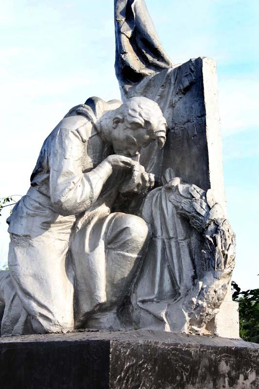 Скульптура на мемориале.