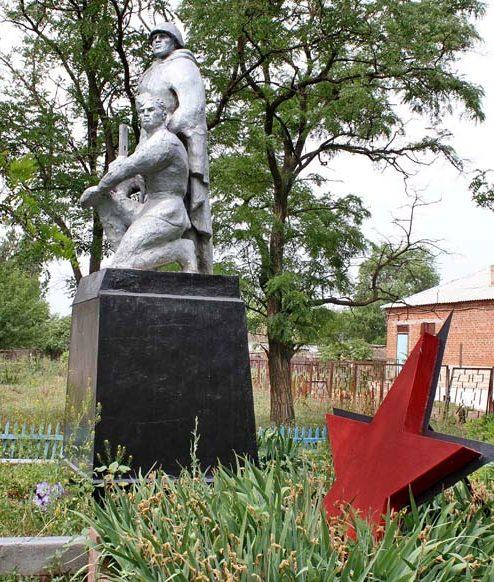 х. Новогашунский Дубовского р-на. Памятник по улице Садовой, установленный на братской могиле советских воинов.