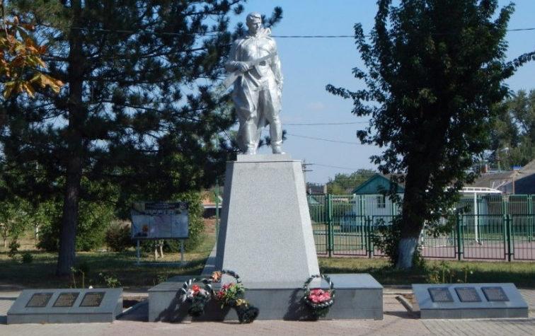 п. Парковый Тихорецкого р-на. Памятник по улице Гагарина 24, установленный на братской могиле, в которой похоронено 16 советских воинов.