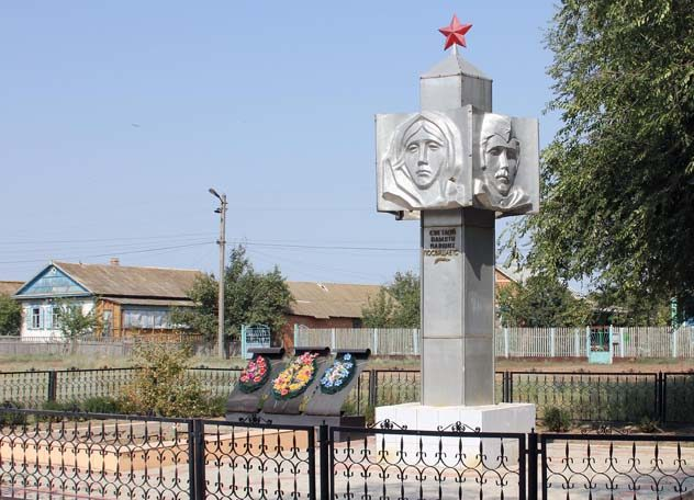 х. Романов Дубовского р-на. Памятник по улице Садовой, установленный на братской могиле, в которой похоронено 270 советских воинов.