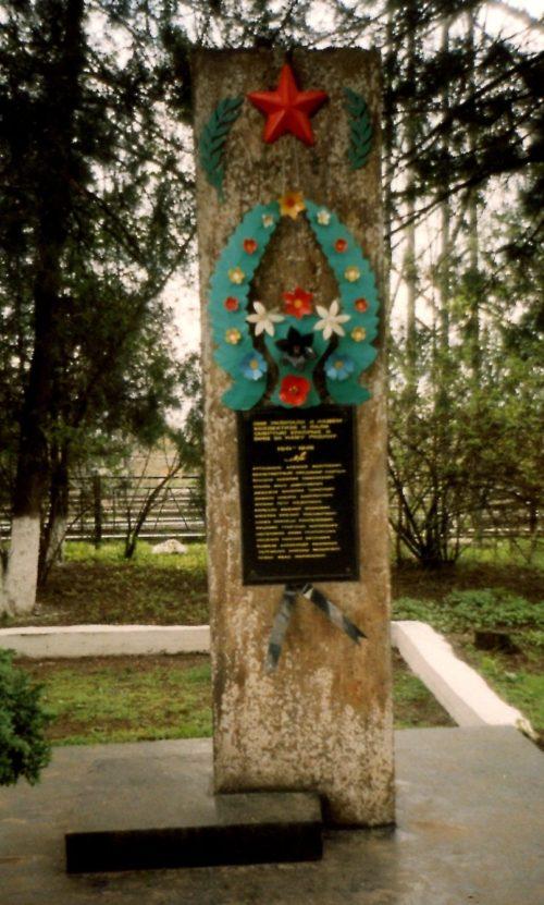 г. Тихорецк. Памятный знак по улице Привокзальной 1, в честь воинов-рабочих, погибшим в годы войны.