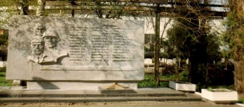 г. Тихорецк. Памятный знак в честь воинов-рабочих завода «Красный молот», погибших в годы войны.