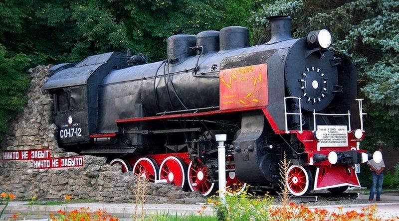 г. Тихорецк. Паровоз «СО17-12», установленный в честь трудовых и боевых подвигов железнодорожников.