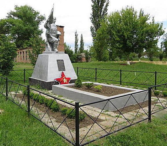 х. Войнов Егорлыкского р-на. Памятник, установленный на братской могиле, в которой похоронено 35 советских воинов, в т.ч. 25 неизвестных.
