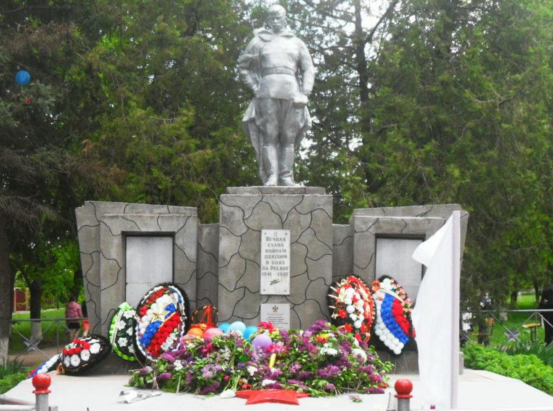 ст-ца. Хоперская Тихорецкого р-на. Памятник по улице Советской 4, установленный на братской могиле, в которой похоронено 22 советских воина.