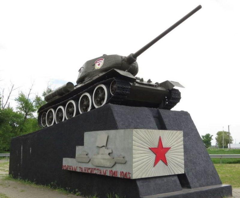 ст-ца. Егорлыкская. Памятник-танк воинам-танкистам 134-го и 221-го танковых полков.