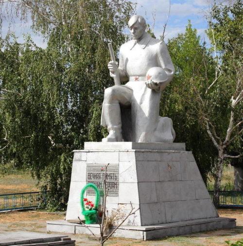 х. Какичев Белокалитвинского р-на. Памятник, установленный на братской могиле советских воинов, погибших в годы войны.