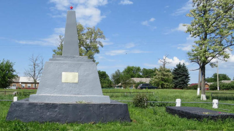 х. Объединенный Егорлыкского р-на. Братская могила, в которой похоронено 15 воинов, погибших в боях за хутор в июле 1942 и январе 1943 годов.