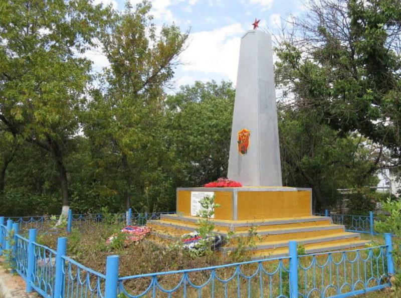 п. Коксовый Белокалитвинского р-на. Памятник в парке, установленный на братской могиле, в которой похоронено 15 воинов.