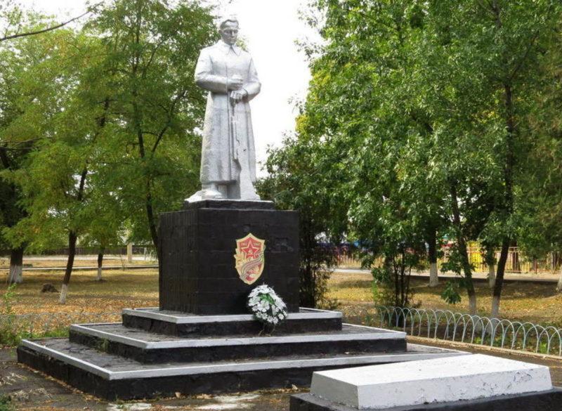п. Коксовый Белокалитвинского р-на. Памятник Неизвестному солдату.