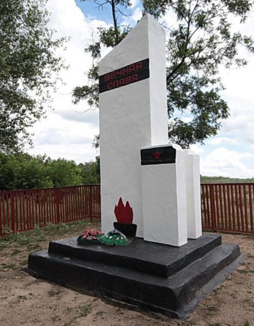 х. Корсунка Белокалитвинского р-на. Братская могила воинов, погибших в годы войны.