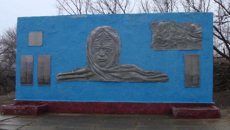 Памятная стела погибшим землякам.