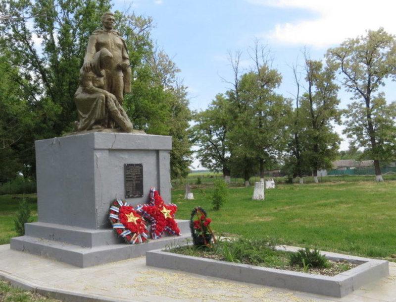 х. Украинский Егорлыкского р-на. Памятник, установленный на братской могиле, в которой похоронено 37 советских воинов, в т.ч. 32 неизвестных.
