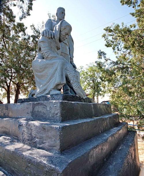 х. Крутинский Белокалитвинского р-на. Памятник по улице Платова, установленный на братской могиле, в которой похоронено 23 воина, погибших в годы войны.