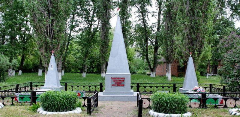 х. Курнаковка Белокалитвинского р-на. Братские могилы, в которых захоронено 72 воина, погибших в годы войны.