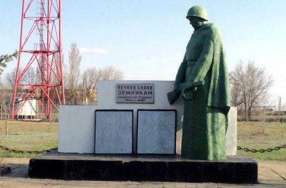 х. Киселевка Заветинского р-на. Памятник погибшим землякам и братская могила советских воинов.